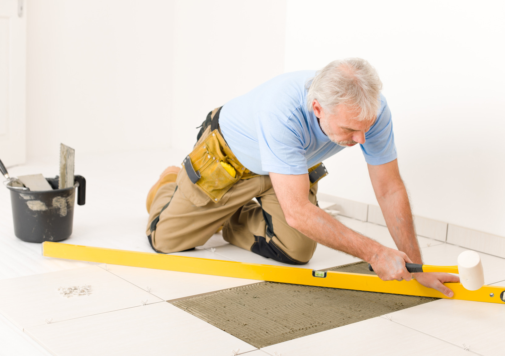 photodune-227218-home-improvement-renovation-handyman-laying-ceramic-tile--zugeschnittenjpg
